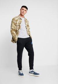 Nike Sportswear - PRNT AIR - Pantalon de survêtement - black - 1