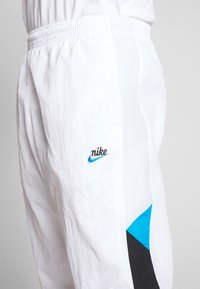 Nike Sportswear - PANT SIGNATURE - Spodnie treningowe - white/black/pure platinum - 4