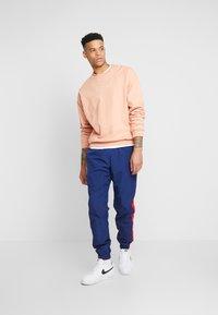 Nike Sportswear - PANT SIGNATURE - Pantalon de survêtement - blue void/university red/summit white - 1