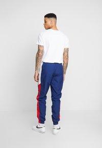 Nike Sportswear - PANT SIGNATURE - Pantalon de survêtement - blue void/university red/summit white - 2