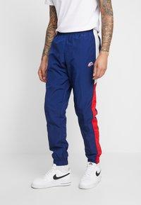 Nike Sportswear - PANT SIGNATURE - Pantalon de survêtement - blue void/university red/summit white - 0