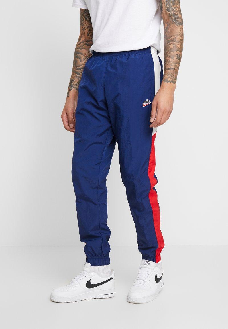 Nike Sportswear - PANT SIGNATURE - Pantalon de survêtement - blue void/university red/summit white