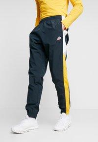 Nike Sportswear - PANT SIGNATURE - Trainingsbroek - seaweed/university gold/summit white - 0