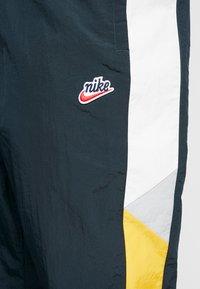 Nike Sportswear - PANT SIGNATURE - Trainingsbroek - seaweed/university gold/summit white - 5