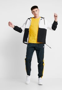 Nike Sportswear - PANT SIGNATURE - Trainingsbroek - seaweed/university gold/summit white - 1