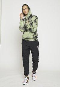 Nike Sportswear - PANT SIGNATURE - Pantalon de survêtement - black/smoke grey/summit white - 1