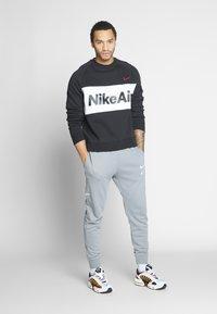 Nike Sportswear - M NSW PANT FT - Pantalon de survêtement - particle grey - 1