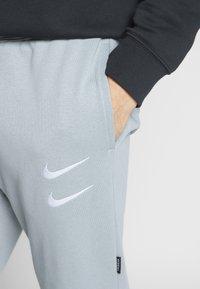 Nike Sportswear - M NSW PANT FT - Pantalon de survêtement - particle grey - 5