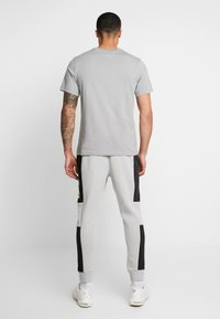 Nike Sportswear - M NSW NIKE AIR PANT FLC - Pantalon de survêtement - smoke grey/black/volt - 2
