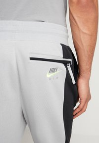 Nike Sportswear - M NSW NIKE AIR PANT FLC - Pantalon de survêtement - smoke grey/black/volt - 3