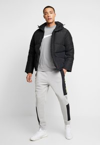 Nike Sportswear - M NSW NIKE AIR PANT FLC - Pantalon de survêtement - smoke grey/black/volt - 1