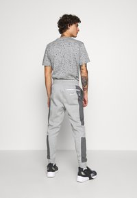 Nike Sportswear - M NSW NIKE AIR PANT FLC - Pantalon de survêtement - dark grey heather/charcoal heather/white - 2