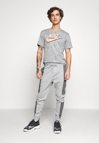 Nike Sportswear - M NSW NIKE AIR PANT FLC - Pantalon de survêtement - dark grey heather/charcoal heather/white - 1