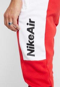Nike Sportswear - M NSW NIKE AIR PANT FLC - Pantalon de survêtement - university red/white/black - 5