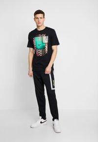 Nike Sportswear - M NSW NIKE AIR PANT PK - Verryttelyhousut - black/smoke grey - 1