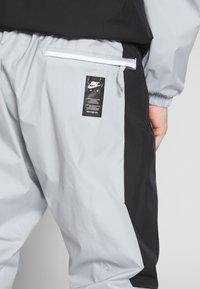 Nike Sportswear - AIR PANT - Pantalon de survêtement - smoke grey/black - 4