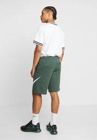 Nike Sportswear - CLUB EXPLOSIVE - Pantaloni sportivi - galactic jade/white - 2