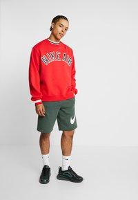 Nike Sportswear - CLUB EXPLOSIVE - Pantaloni sportivi - galactic jade/white - 1