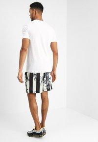 Nike Sportswear - SHORT STRIPE - Shortsit - black - 2