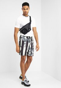 Nike Sportswear - SHORT STRIPE - Shortsit - black - 1