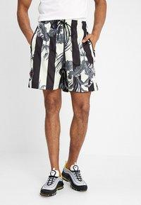 Nike Sportswear - SHORT STRIPE - Shortsit - black - 0