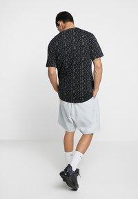 Nike Sportswear - GRID - Shorts - pure platinum/summit white - 2