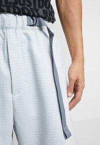 Nike Sportswear - GRID - Shorts - pure platinum/summit white - 3