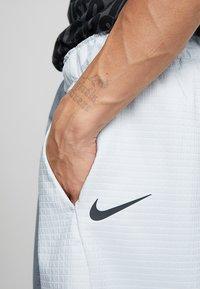 Nike Sportswear - GRID - Shorts - pure platinum/summit white - 4