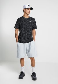 Nike Sportswear - GRID - Shorts - pure platinum/summit white - 1