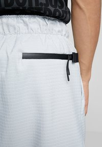 Nike Sportswear - GRID - Shorts - pure platinum/summit white - 6