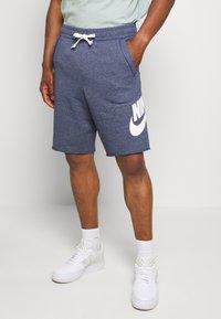 Nike Sportswear - M NSW HE FT ALUMNI - Shorts - blue void - 0