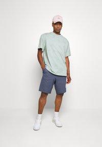 Nike Sportswear - M NSW HE FT ALUMNI - Shorts - blue void - 1