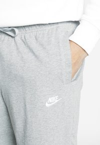 Nike Sportswear - CLUB - Shorts - dark grey heather/white - 5
