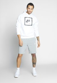 Nike Sportswear - CLUB - Shorts - dark grey heather/white - 1