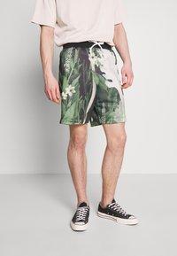 Nike Sportswear - ALUMNI SHORT FLORAL - Tracksuit bottoms - spruce aura - 0