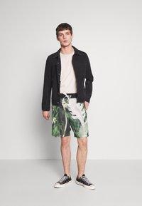 Nike Sportswear - ALUMNI SHORT FLORAL - Tracksuit bottoms - spruce aura - 1