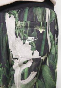 Nike Sportswear - ALUMNI SHORT FLORAL - Tracksuit bottoms - spruce aura - 4