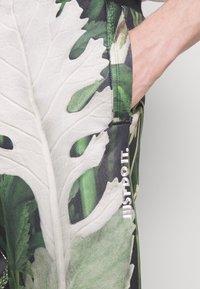 Nike Sportswear - ALUMNI SHORT FLORAL - Tracksuit bottoms - spruce aura - 3