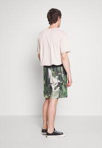 Nike Sportswear - ALUMNI SHORT FLORAL - Tracksuit bottoms - spruce aura - 2