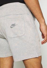 Nike Sportswear - WASH - Trainingsbroek - smoke grey - 5