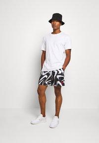 Nike Sportswear - FLOW - Shorts - black - 1