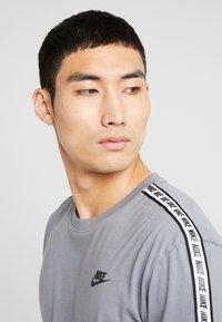 Nike Sportswear - REPEAT TEE - T-shirt print - cool grey - 4