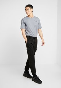 Nike Sportswear - REPEAT TEE - T-shirt print - cool grey - 1