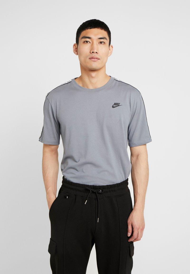 Nike Sportswear - REPEAT TEE - T-shirt print - cool grey