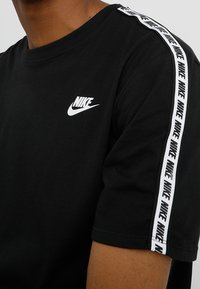 Nike Sportswear - REPEAT TEE - Print T-shirt - black/white - 4