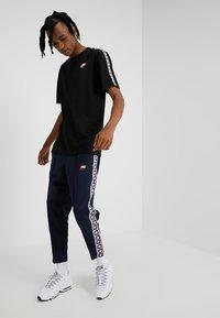 Nike Sportswear - REPEAT TEE - T-shirt imprimé - black/white - 1