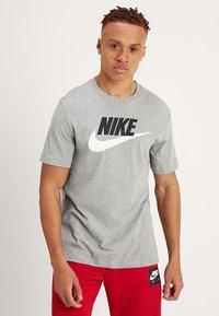 Nike Sportswear - TEE ICON FUTURA - T-shirts med print - dark grey heather/black/white - 0