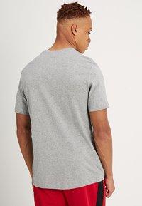 Nike Sportswear - TEE ICON FUTURA - T-shirts med print - dark grey heather/black/white - 2
