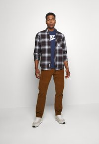 Nike Sportswear - TEE ICON FUTURA - T-shirt con stampa - midnight navy/white - 1