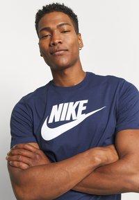 Nike Sportswear - TEE ICON FUTURA - T-shirt con stampa - midnight navy/white - 3